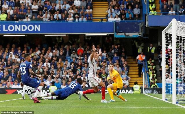 Chelsea 2-2 Sheffield Utd: Zouma đốt đền, The Blues ôm hận - 2