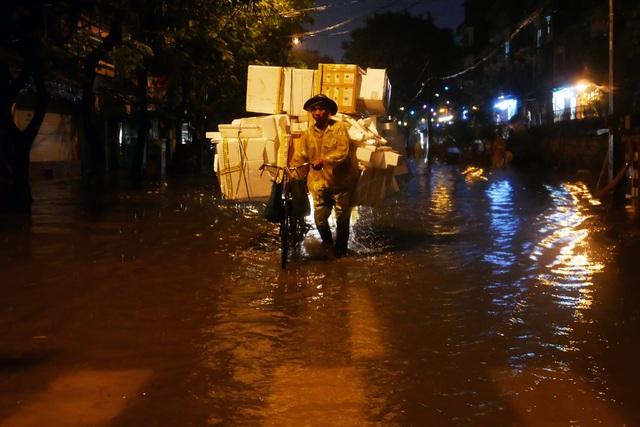 Phố cổ Hà Nội ngập sau cơn mưa lớn - 6