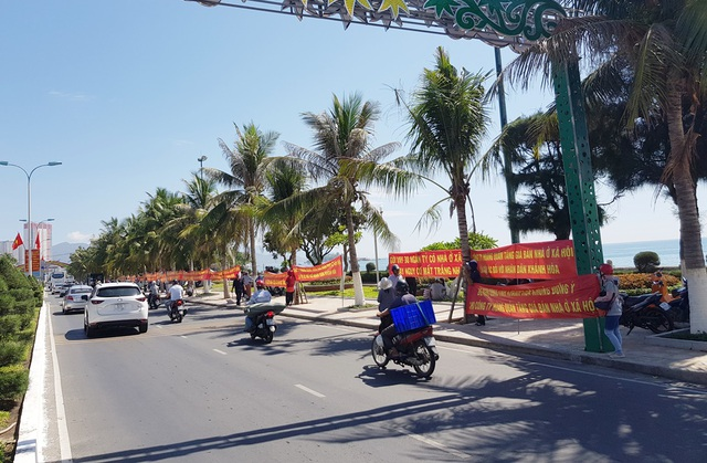 Cư dân nhà ở xã hội Hoàng Quân Nha Trang lại căng băng rôn đòi nhà - 2