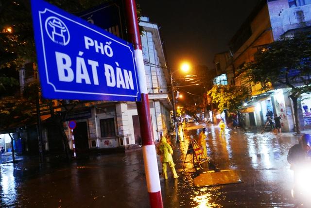Phố cổ Hà Nội ngập sau cơn mưa lớn - 1