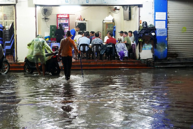 Phố cổ Hà Nội ngập sau cơn mưa lớn - 14