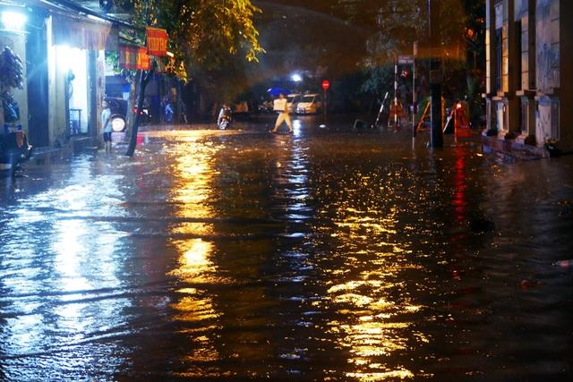 Phố cổ Hà Nội ngập sau cơn mưa lớn - 2