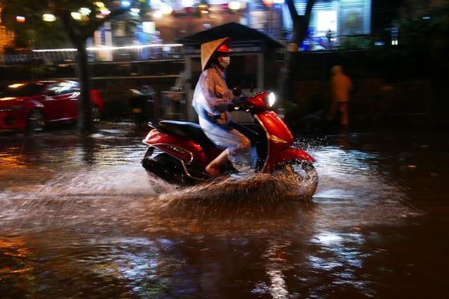 Phố cổ Hà Nội ngập sau cơn mưa lớn - 5