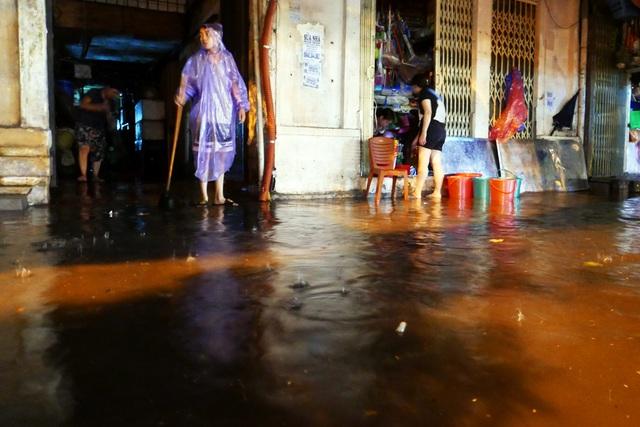 Phố cổ Hà Nội ngập sau cơn mưa lớn - 10