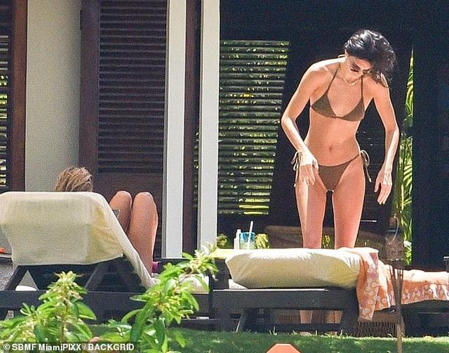 Kendall Jenner và Hailey Baldwin diện bikini tắm nắng - 2
