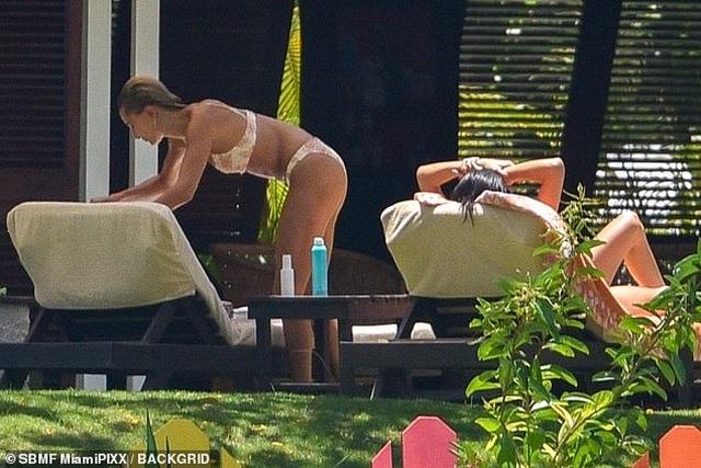 Kendall Jenner và Hailey Baldwin diện bikini tắm nắng - 7