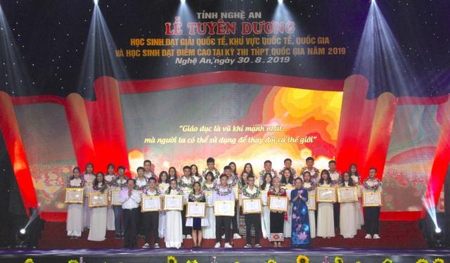 Nghệ An tuyên dương 113 học sinh đạt giải quốc tế, quốc gia và học sinh đạt điểm cao - 7