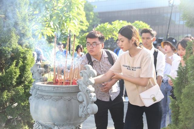 Đà Nẵng: Bạn trẻ dâng hương tưởng niệm các anh hùng liệt sĩ - 1