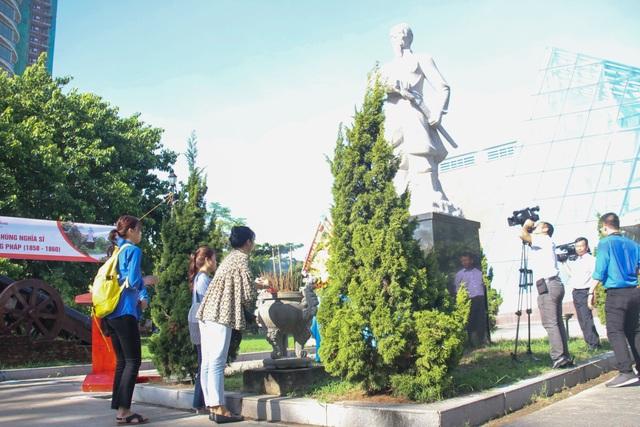 Đà Nẵng: Bạn trẻ dâng hương tưởng niệm các anh hùng liệt sĩ - 2