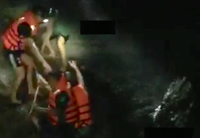 Huy động hàng chục người giải cứu 4 học sinh mắc kẹt trong suối - 2