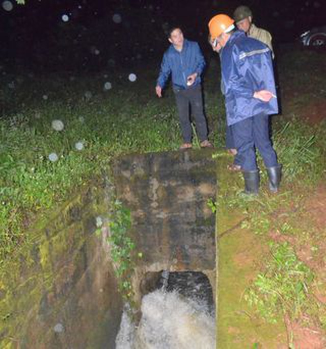 Hồ chứa hơn nửa triệu m3 nước có nguy cơ vỡ, di dời người dân khẩn cấp trong đêm - 3