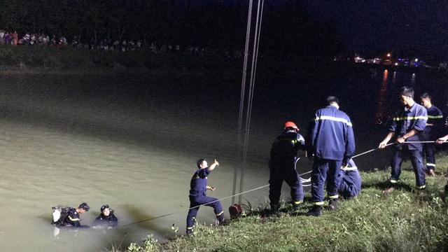 Ô tô lao xuống kênh, 2 người may mắn thoát nạn - 1