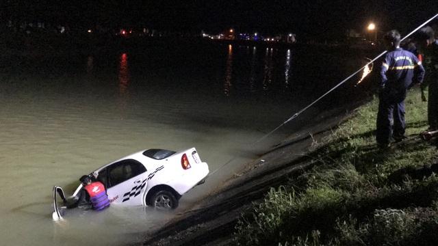Ô tô lao xuống kênh, 2 người may mắn thoát nạn - 2