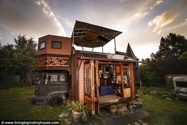 Cặp vợ chồng biến chiếc xe tải cũ thành tòa lâu đài di động - 1
