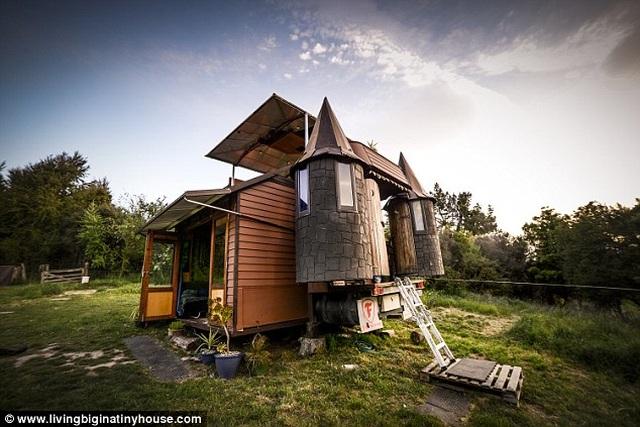 Cặp vợ chồng biến chiếc xe tải cũ thành tòa lâu đài di động - 2