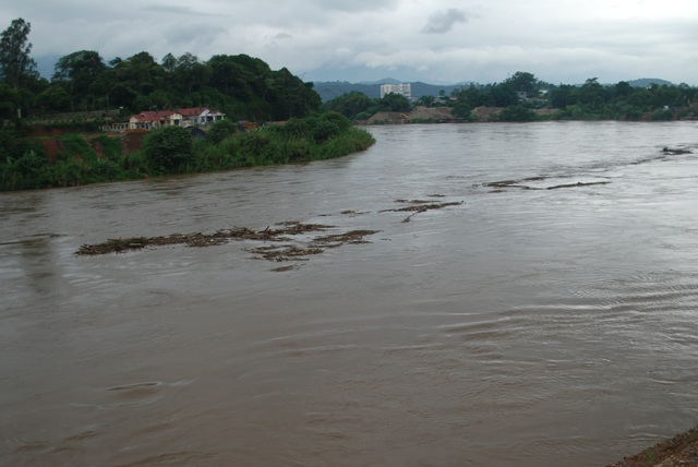 Lũ lớn sông Hồng đang đổ về - Ảnh chụp 11 giờ ngày 31:8 - tại TP Lao Cai