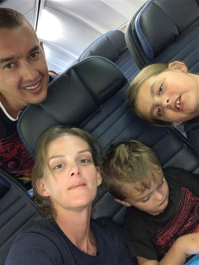 Xúc động câu chuyện đằng sau bức ảnh cậu bé tự kỷ nằm trên sàn máy bay Mỹ - 2