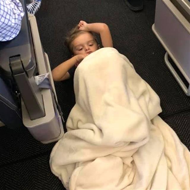 Xúc động câu chuyện đằng sau bức ảnh cậu bé tự kỷ nằm trên sàn máy bay Mỹ - 1