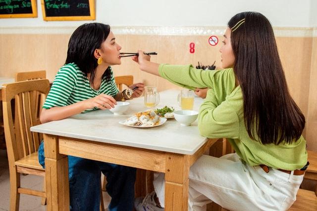"""Châu Bùi, Khả Ngân trổ tài làm bánh cuốn """"siêu to khổng lồ"""" tại chương trình City Girls - 1"""