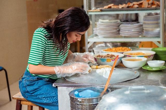"""Châu Bùi, Khả Ngân trổ tài làm bánh cuốn """"siêu to khổng lồ"""" tại chương trình City Girls - 2"""