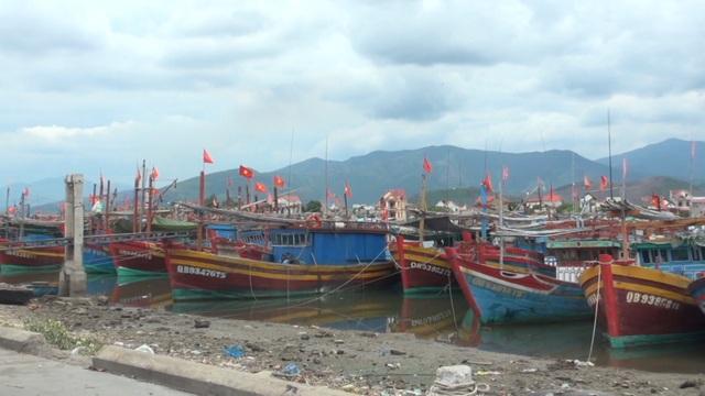 Hàng loạt tàu cá của ngư dân làng biển nằm bờ vì thua lỗ - 1