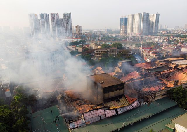 """Cháy Công ty Rạng Đông: Hình ảnh """"gây tâm trạng"""" nhất trong tuần - 1"""
