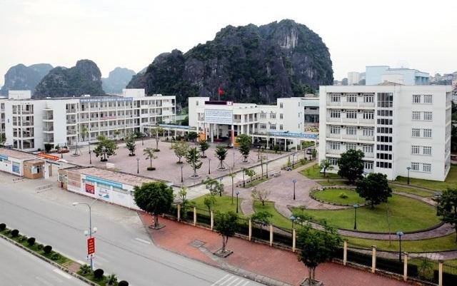 Quảng Ninh: Nữ sinh trường chuyên Hạ Long bị rạch mặt trong nhà vệ sinh - 1
