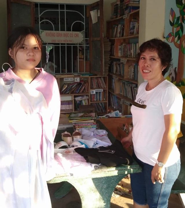 Cô giáo một buổi đi dạy, một buổi đội nắng đi xin sách cho học trò - 6