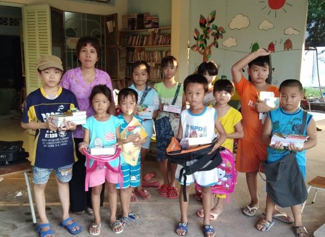 Cô giáo một buổi đi dạy, một buổi đội nắng đi xin sách cho học trò - 4