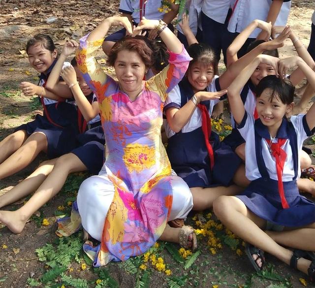 Cô giáo một buổi đi dạy, một buổi đội nắng đi xin sách cho học trò - 7