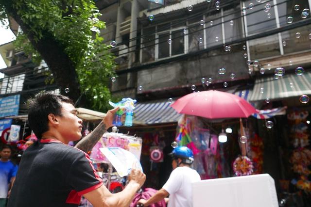 Đông nghịt người đi chơi chợ Trung thu phố cổ Hà Nội - 12