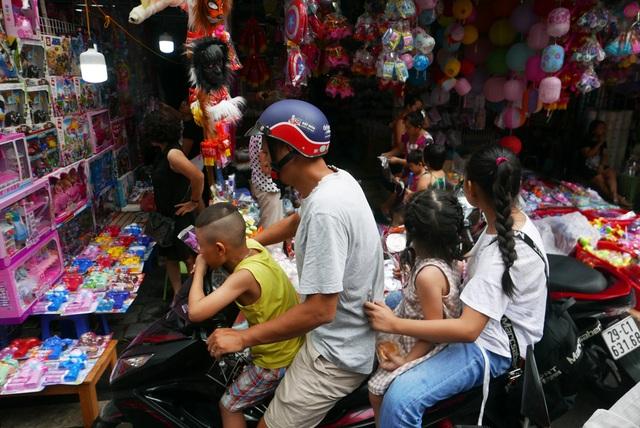 Đông nghịt người đi chơi chợ Trung thu phố cổ Hà Nội - 4