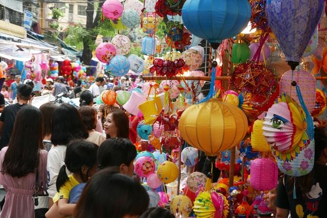 Đông nghịt người đi chơi chợ Trung thu phố cổ Hà Nội - 2