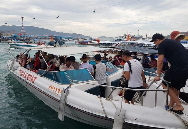 Ca nô du lịch tạm dừng đón khách đi Vịnh Nha Trang do bão số 5 - 1