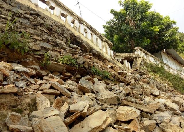 """Những khối đất đá """"treo"""" lơ lửng trên đầu hàng trăm giáo viên, học sinh - 5"""