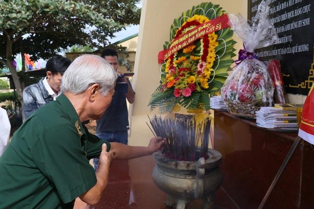 Hàng trăm cựu binh tưởng niệm liệt sĩ hy sinh ở đảo Cồn Cỏ - 1