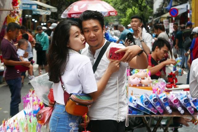 Đông nghịt người đi chơi chợ Trung thu phố cổ Hà Nội - 15