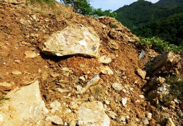 """Những khối đất đá """"treo"""" lơ lửng trên đầu hàng trăm giáo viên, học sinh - 2"""