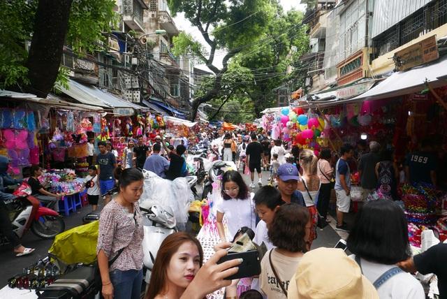 Đông nghịt người đi chơi chợ Trung thu phố cổ Hà Nội - 3