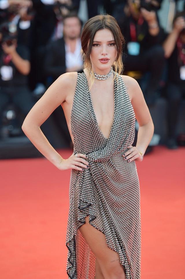 Bella Thorne đẹp quyến rũ với váy xẻ gợi cảm - 6