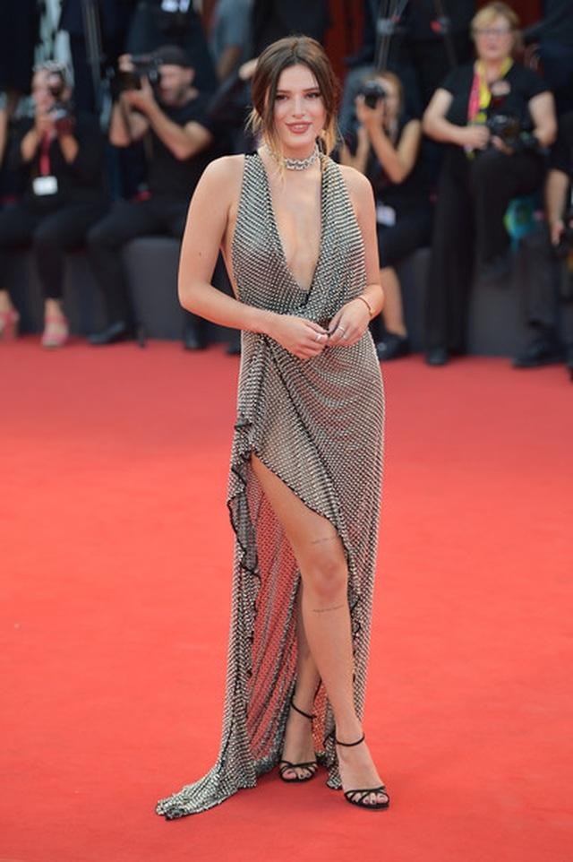 Bella Thorne đẹp quyến rũ với váy xẻ gợi cảm - 17