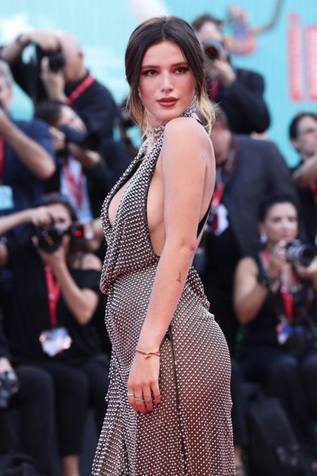 Bella Thorne đẹp quyến rũ với váy xẻ gợi cảm - 5