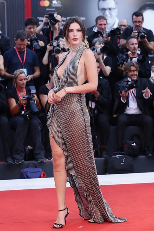 Bella Thorne đẹp quyến rũ với váy xẻ gợi cảm - 3