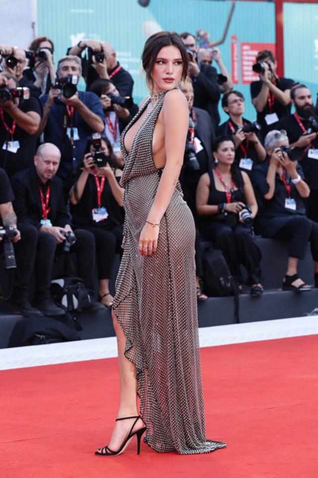 Bella Thorne đẹp quyến rũ với váy xẻ gợi cảm - 1