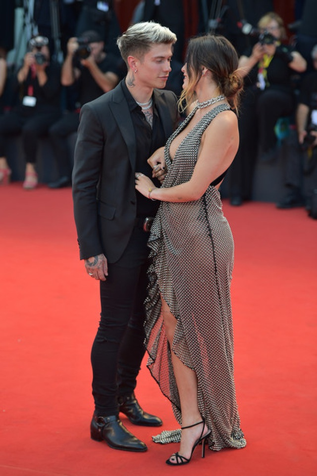 Bella Thorne đẹp quyến rũ với váy xẻ gợi cảm - 4