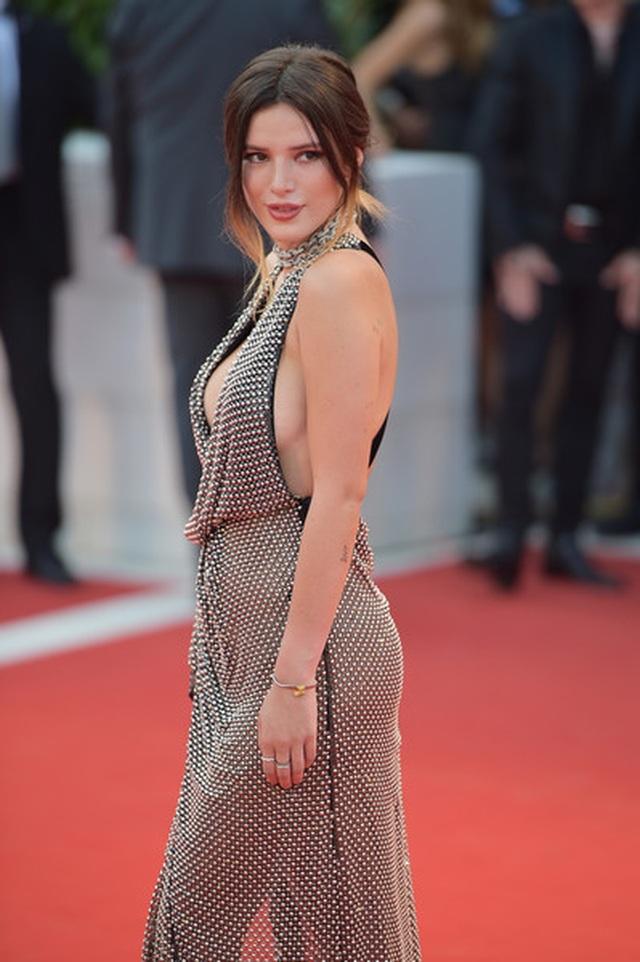 Bella Thorne đẹp quyến rũ với váy xẻ gợi cảm - 18