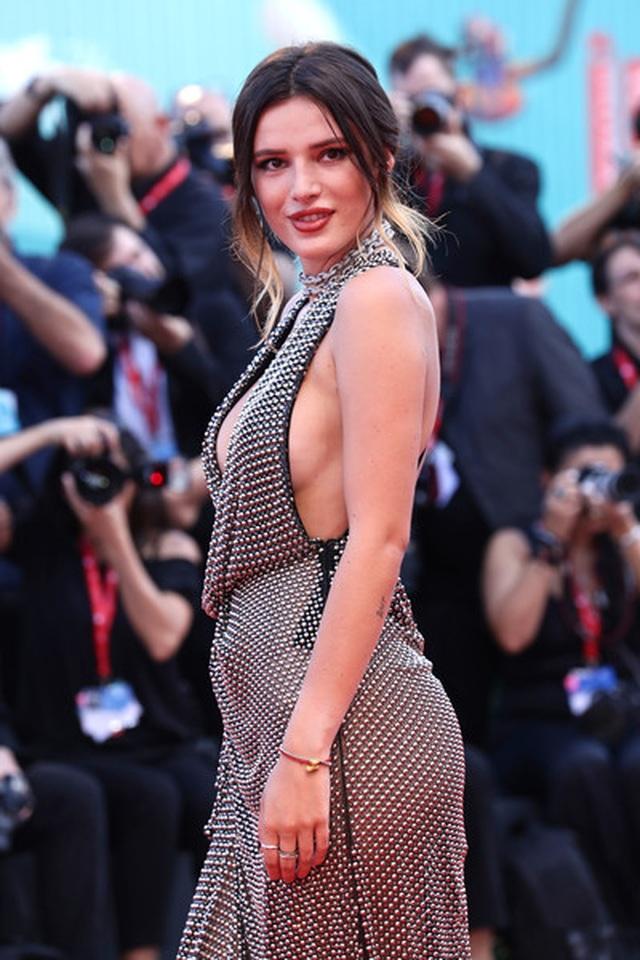 Bella Thorne đẹp quyến rũ với váy xẻ gợi cảm - 20
