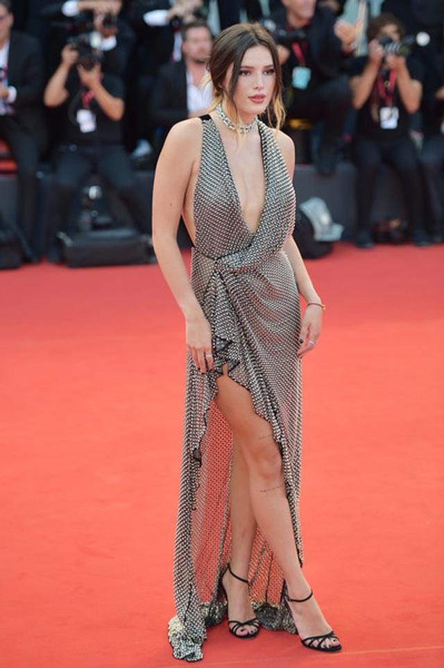 Bella Thorne đẹp quyến rũ với váy xẻ gợi cảm - 9