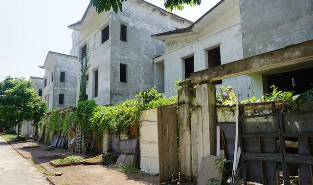 """Lạ kỳ: Đất Hà Nội đắt đỏ, biệt thự xây xong bỏ hoang, nhếch nhác như """"ổ chuột"""" - 7"""