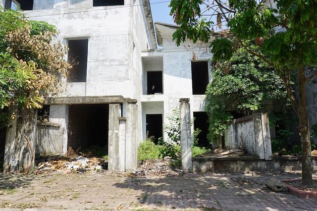 """Lạ kỳ: Đất Hà Nội đắt đỏ, biệt thự xây xong bỏ hoang, nhếch nhác như """"ổ chuột"""" - 1"""